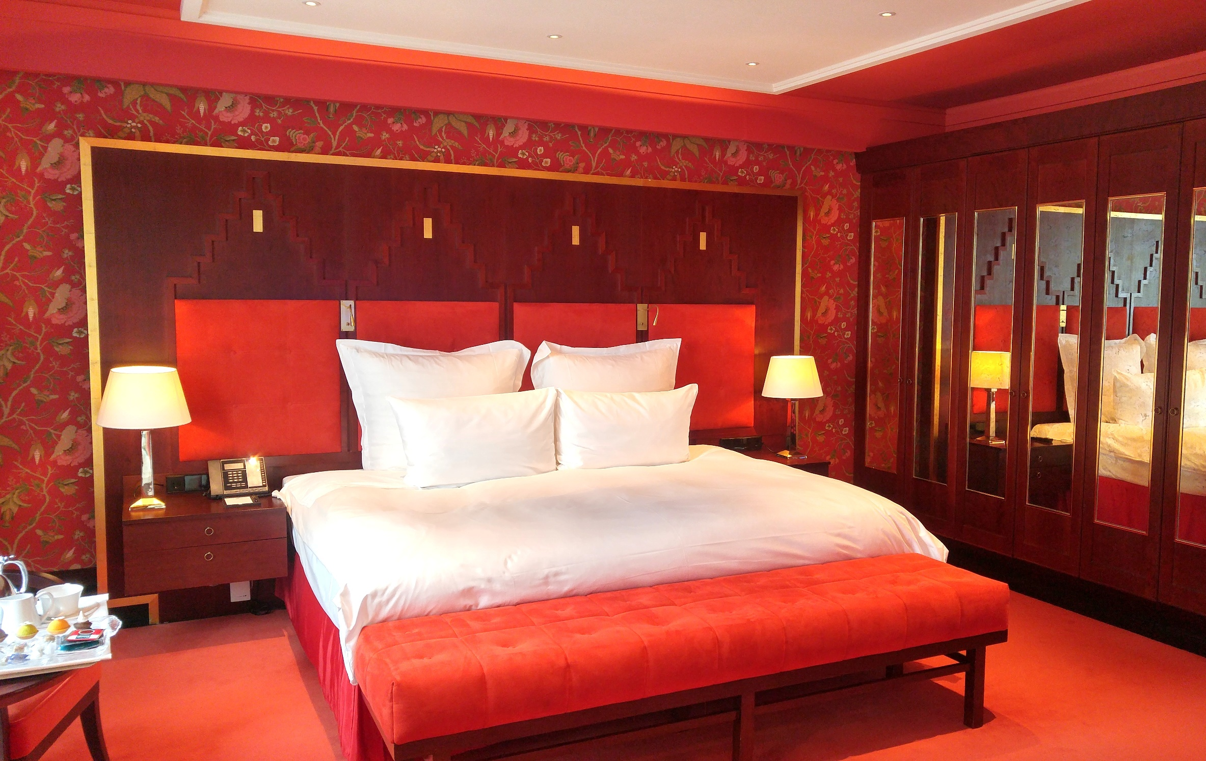 Kingsize bed in Junior Suite at De L'Europe Amsterdam by night